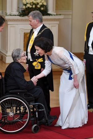 Presidenthustrun Jenni Haukio skakar hand med den 106-åriga lottan Salme Haltia