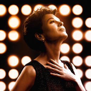 Judy Garland (Renée Zellweger) poserar framför en massa strålkastare.