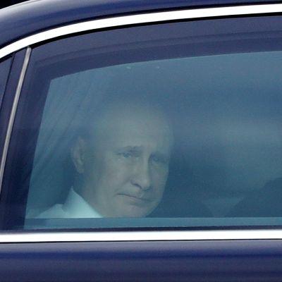 Venäjän presidentti Vladimir Putin autossa Savonlinnan lentokentällä.