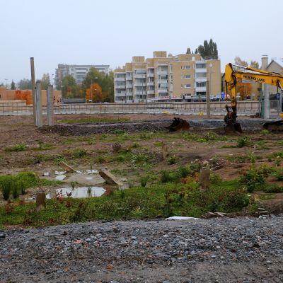 Järvenpään keskustassa parhaalla liikepaikalla on nyt tyhjä hiekkamonttu.