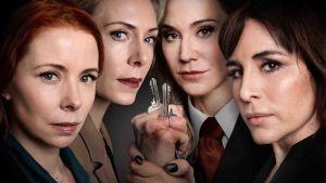 Neljä naista katso kameraan, yksi pitää kädessään avaimia