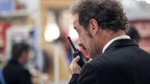 Mies puhuu radiopuhelimeen.
