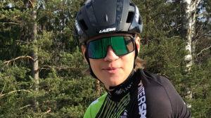Jesper Lindberg sitter på sin tävlingscykel och tittar in i kameran.