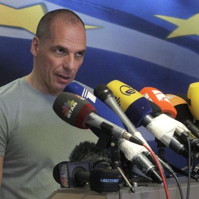 Yanis Varoufakis talar till pressen.