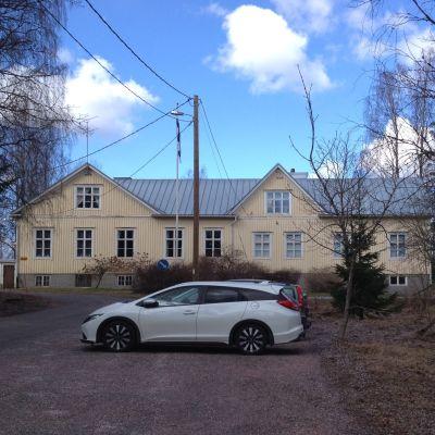 En stor gul byggnad som varit Sannäs skola i Karis.