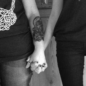 Två personer håller varandra i handen