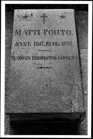 Matti Pohdon muistokivi Kansalliskirjaston pihalla Helsingissä.