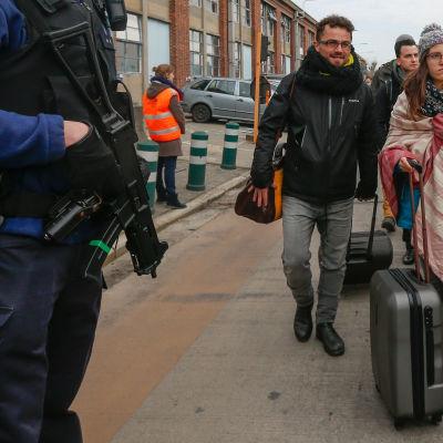 Polis och resenärer i närheten av flygplatsen Zaventem.