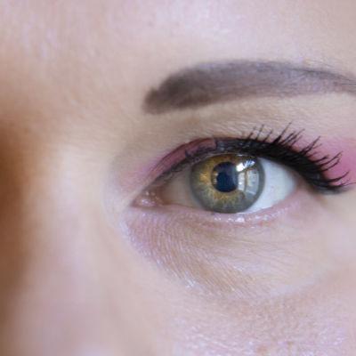 Lähikuva naisen silmistä