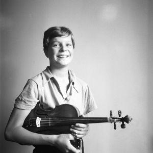 14-vuotias viulutaiteilija Heimo Haitto syyskuussa 1939