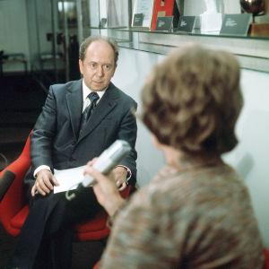 Ele Aleniusta haastatellaan punaisessa tuolissa.