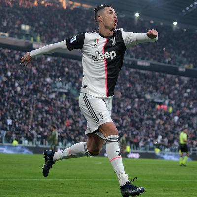 Cristiano Ronaldo firar ett mål.
