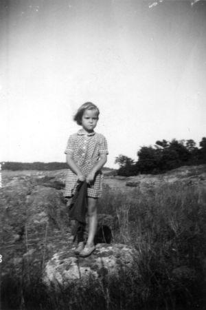En sommarbild av Tuva Korsström som 4 - 5 åring i Korpo.