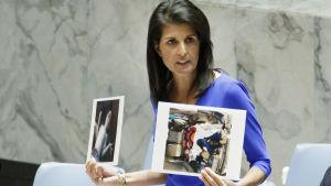 USA:s FN-ambassadör Nikki Haley visar upp bilder på offren i en gasattack i Syrien under FN:s säkerhetsråds krismöte. Över 70 miste livet i attacken, 20 av dem barn.