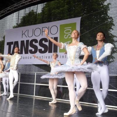 Miehiä ja naisia tanssii balettia