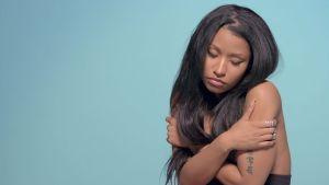 Vi ser en avskalad version av Nicki Minaj i hennes video för låten Pills N Potions.