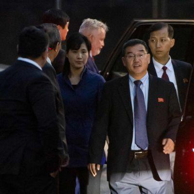 Nordkoreaner stiger ut ur en bil vid Arlanda i Stockholm 3.10.2019.