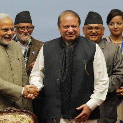 Intian pääministeri Narendra Modi ja Pakistanin pääministeri Nawaz Sharif kättelevät.