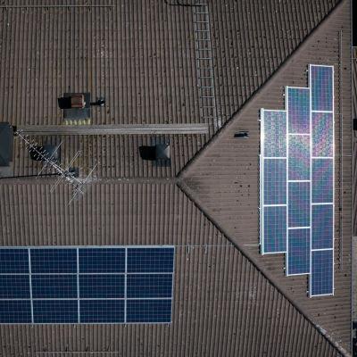 Solpaneler på ett tak i Raseborg.