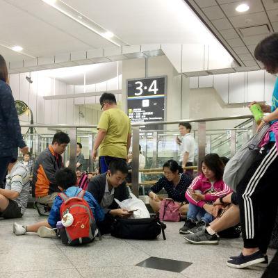 Passagerare på järnvägsstationen Shin-Osaka väntar på att trafiken ska återupptas efter skalvet den 18 juni 2019.