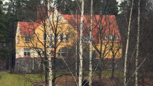 Vallmogård, gul villa i sten.