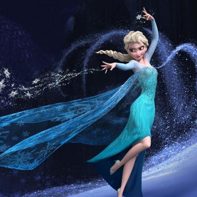 Elsa dansar runt och sprider snökristaller.
