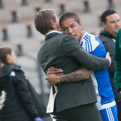 Mika Lehkosuo och Moshtagh Yaghoubi kramar om varandra.