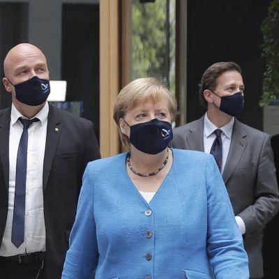 Tysklands förbundskansler Angela Merkel iförd ansiktsskydd