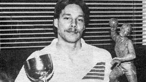 Jan Rönnberg med två pokaler.