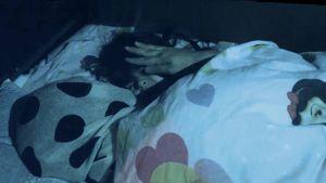Mamma stryker liten flicka över huvudet medan de ligger till sängs