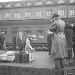 Evakkoja Helsingin rautatieasemalla vain pari minuuttia ennen talvisodan ensimmäistä pommitusta 30. marraskuuta 1939.