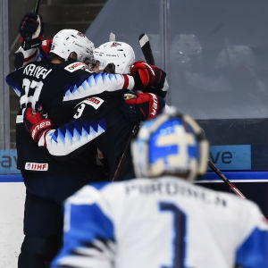 USA:s spelare firar bakom Kari Piiroinens huvud.