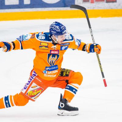 Tomas Zaborsky firar ett mål.