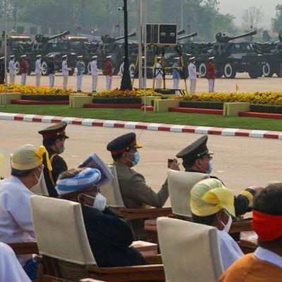 Militärledare och gäster följde med den årliga militärparaden i huvudstaden Naypyidaw på lördagen.
