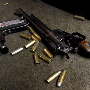 Två pistoler och ammunition