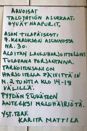 En lapp, där Karita Mattila ber om ursäkt för oljudet då hon har sångövningar.