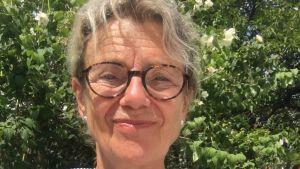 Skådespelaren Stina Ekblad har tagit en selfie i trädgården sommaren 2020.