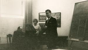 Gerald Moore opettaa Meri Louhosta ja Matti Tuloiselaa.