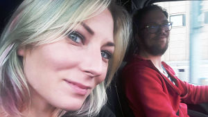 Ann-Sofie Finne och Anton Plogman kör bil.