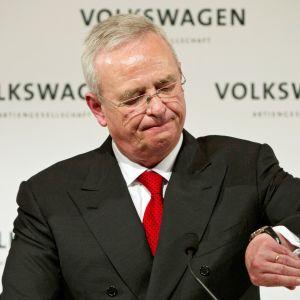Volkswagens före detta vd Martin Vinterkorn tittar på sin telefon under en presskonferens i Stuttgart.