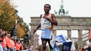 Kenenisa Bekele springer i målbandet.