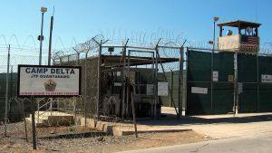 Bild av taggtrådsstängslet som omgärdar Camp Delta i Guantanamo Bay.