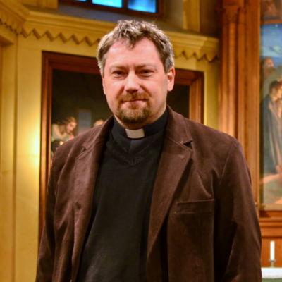 Janne Hänninen framför Trefaldighetskyrkans altare.