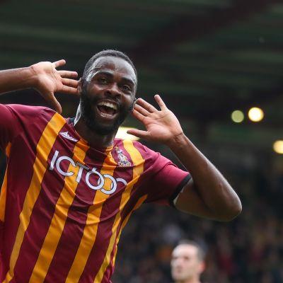 Hope Akpan juhlii maalia Bradford Cityn paidassa.