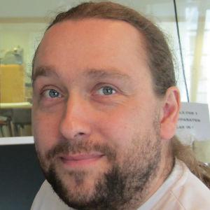 Mathias Gustafsson är redaktör på Svenska Yle och arbeter för Radio Vega Östnyland.