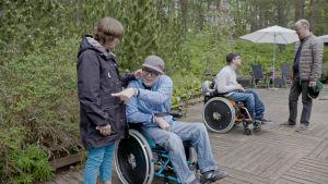 Marianne, Markus, Robin och Jyrki Pinomaa träffas för första gången på riktigt efter att ha umgåtts via digitala hjälpmedel i tre månader.