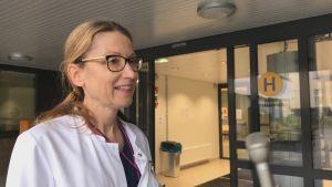Kvinnlig läkare utanför hälsocentral