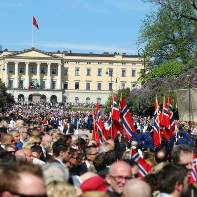 Oslos gator är fyllda till bredden under sjuttonde maj.