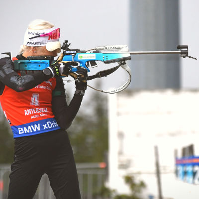 Kaisa Mäkäräinen skjuter stående på vallen i Anterselva