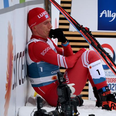 Aleksandr Bolshunov pyyhkii kyyneleitä.